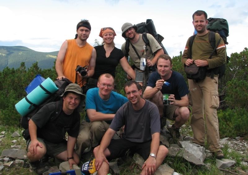 Podczas prac znakarskich na Taupiszyrce w Gorganach w 2008 r. Jacek Wnuk pierwszy z prawej. Fot. ze zbiorów Dariusza Dyląga