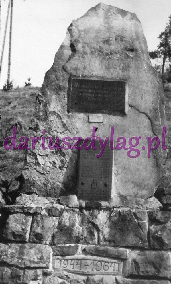 Pomnik w Zawadce w 1984 r.