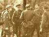 Żołnierze słowaccy w trakcie rozmowy ze strzelcami z niemieckiej 2 Dywizji Górskiej we wrześniu 1939 r.